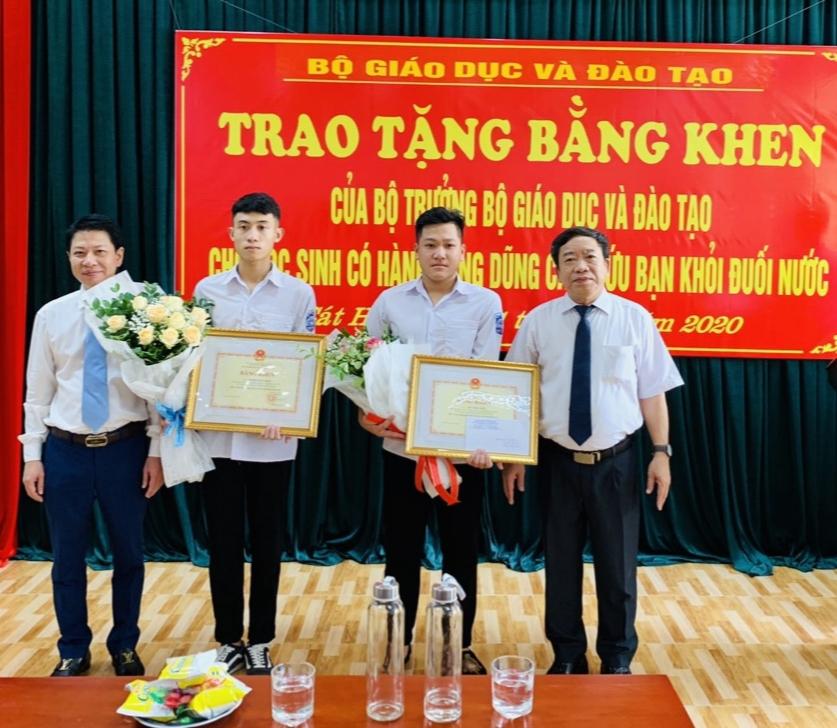 Bộ GD&ĐT tặng Bằng khen hai học sinh Hải Phòng dũng cảm cứu bạn khỏi đuối nước