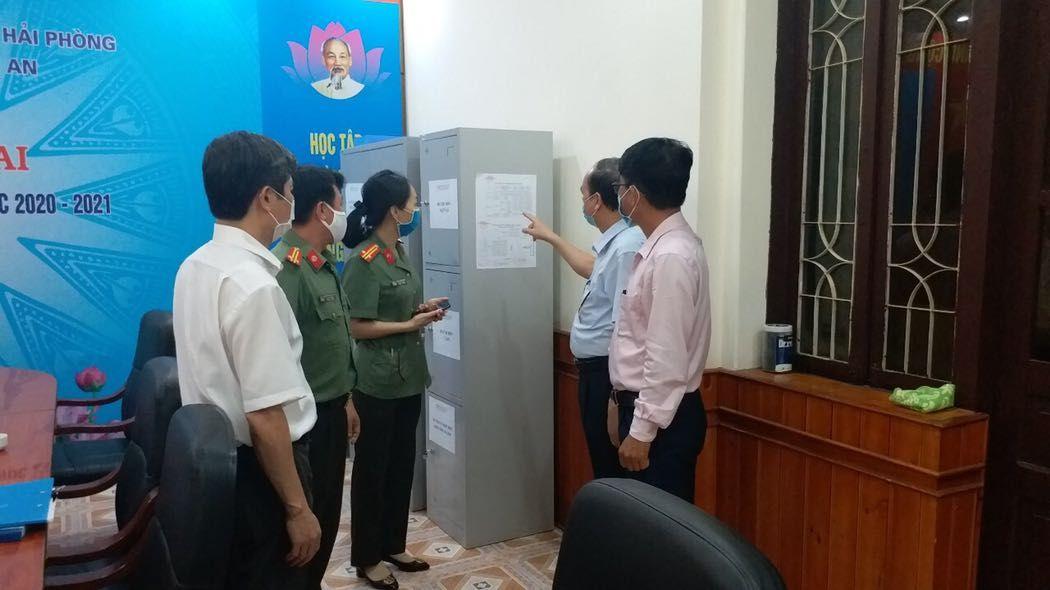 Tối ngày 06/7/2021, các đồng chí lãnh đạo Sở GD&ĐT thành phố kiểm tra công tác chuẩn bị kỳ thi và động viên cán bộ làm thi trước Kỳ thi tốt nghiệp THPT năm 2021 tại các Điểm thi.
