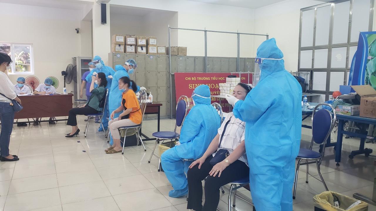 Tổ chức xét nghiệm SARS- COV-2 cho cán bộ, giáo viên, nhân viên, người lao động  trong các cơ sở giáo dục trên địa bàn quận bằng phương pháp RT-PCR