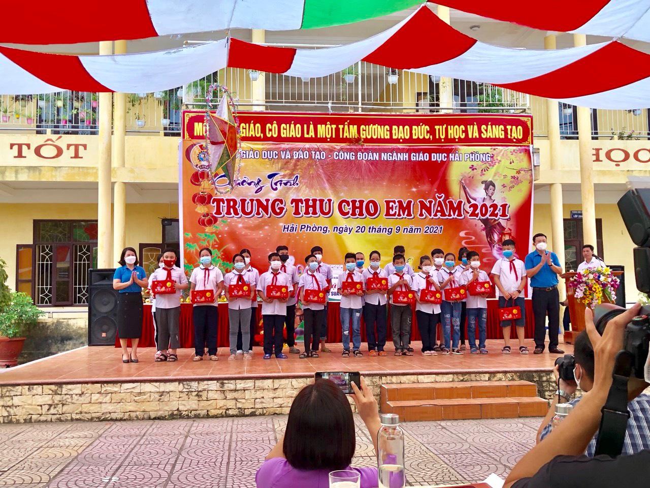 Tết Trung thu cho học sinh trường Khiếm thính và Khiếm thị.